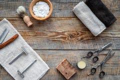 barbershop ` Rapagem e corte de cabelo de s dos homens Escova, lâmina, espuma, sciccors no copyspace de madeira da opinião superi fotografia de stock
