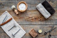 barbershop ` Rapagem e corte de cabelo de s dos homens Escova, lâmina, espuma, sciccors no copyspace de madeira da opinião superi fotos de stock