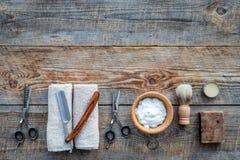 barbershop ` Rapagem e corte de cabelo de s dos homens Escova, lâmina, espuma, sciccors no copyspace de madeira da opinião superi fotografia de stock royalty free