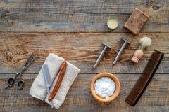 barbershop ` Rasatura e taglio di capelli di s degli uomini Spazzola, rasoio, schiuma, sciccors sul copyspace di legno di vista s fotografie stock