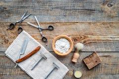 barbershop ` Rasatura e taglio di capelli di s degli uomini Spazzola, rasoio, schiuma, sciccors sul copyspace di legno di vista s immagini stock