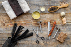 barbershop ` Rasatura e taglio di capelli di s degli uomini Spazzola, rasoio, schiuma, sciccors sulla vista superiore del fondo d fotografie stock