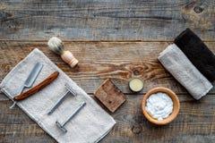 barbershop ` Rasatura e taglio di capelli di s degli uomini Spazzola, rasoio, schiuma sul copyspace di legno di vista superiore d fotografia stock