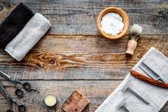 barbershop ` Rasatura e taglio di capelli di s degli uomini Spazzola, rasoio, schiuma, scicc fotografie stock libere da diritti