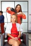 barbershop Taglio di capelli della donna Uso del fon fotografia stock libera da diritti