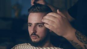 barbershop Zakończenie mężczyzna ` s ostrzyżenie mistrz robi włosianemu tytułowaniu zbiory wideo