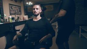 barbershop Zakończenie mężczyzna ` s ostrzyżenie mistrz robi włosianemu tytułowaniu zdjęcie wideo