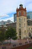 Barbican e igreja Fotos de Stock