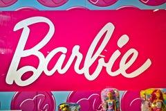 Barbie подписывает внутри магазин Hamleys Barbie кукла моды изготовленная американской компанией по производству игрушек Mattel стоковое фото rf