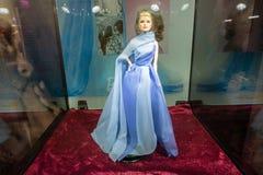 Barbie, Anmut Kelly in einem langen blauen Kleid stockfoto