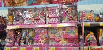 Barbie- und Evi-Puppen auf Ladenregalen stockfotografie