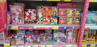 Barbie- und Evi-Puppen auf Ladenregalen lizenzfreie stockfotografie
