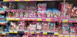 Barbie- und Evi-Puppen auf Ladenregalen stockfotos