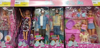 Barbie- und Evi-Puppen auf Ladenregalen stockfoto