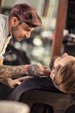 Barbiere abile che rade barba immagini stock libere da diritti