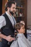 barbiere barbuto bello che pettina capelli di fotografia stock libera da diritti