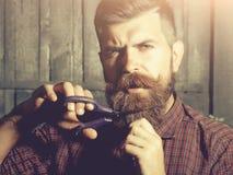 Barbiere barbuto dell'uomo con le forbici fotografia stock libera da diritti