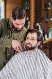 barbiere che rade cliente con la tosatrice fotografia stock libera da diritti