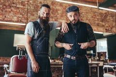 Barbiere con il cliente che sta al parrucchiere fotografie stock libere da diritti