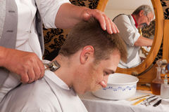 Barbiere del Victorian che per mezzo del tagliatore Immagine Stock Libera da Diritti