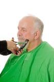 Barbiere di Feamale che rade cliente fotografia stock libera da diritti