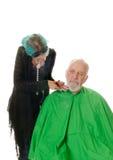 Barbiere di Feamale che rade cliente immagine stock