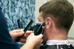Barbiere maschio sul lavoro Immagini Stock