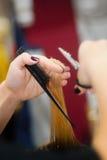 Barbiere matrice. Mani a lavoro, alle forbici ed alla spazzola Immagini Stock Libere da Diritti