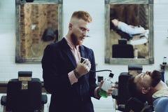 Barbiere nel salone di capelli Signore barbuto dell'uomo in parrucchiere Salone dell'annata del parrucchiere barbershop fotografia stock