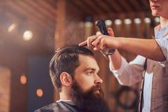 Barbiere professionista che disegna capelli del suo cliente immagini stock libere da diritti