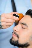 Barbiere professionista che fa taglio di capelli immagine stock libera da diritti