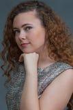 Barbilla de reclinación de la belleza adolescente dada vuelta a la izquierda Foto de archivo libre de regalías