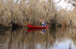 Barbotage d'un canoë dans le marais d'Okefenokee, la Géorgie Images stock