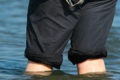 Barbotage dans des pantalons Images stock
