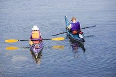 Barbotage de Kayakers Photo libre de droits