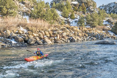 Barbotage du kayak de whitewater Image libre de droits