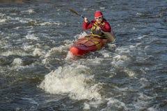 Barbotage du kayak de whitewater Photographie stock libre de droits
