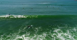 Barbotant le surfer englouti par les vagues 4k 24fps banque de vidéos