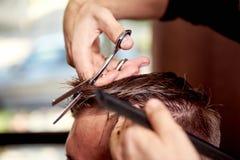 barbra Κούρεμα ατόμων Ο πελάτης παίρνει το κούρεμα από τον κομμωτή του στοκ εικόνα με δικαίωμα ελεύθερης χρήσης