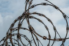 Barbwire fechtuje się zbliżenie na niebie - barbeta druciany ogrodzenie Zdjęcia Royalty Free