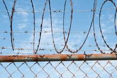 Barbwire fechtuje się zbliżenie na niebie - barbeta druciany ogrodzenie Zdjęcie Royalty Free