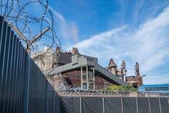 Barbwire ochrony ogrodzenie z niebieskim niebem Zdjęcie Royalty Free