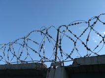 Barbwire op concrete omheining Royalty-vrije Stock Afbeeldingen