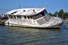 Barca abbandonata abbandonata che affonda dopo l'uragano Fotografia Stock
