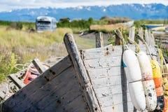 Barca abbandonata con i bouys arrugginiti e stagionati lungo Homer Spit fotografia stock