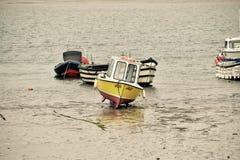 Barca abbandonata dalla marea Fotografie Stock