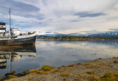 Barca abbandonata del rimorchiatore della giustizia di HMS a terra nella Patagonia - Ushuaia, Tierra del Fuego, Argentina fotografia stock