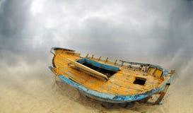 Barca abbandonata su una spiaggia immagini stock libere da diritti