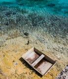 Barca abbandonata su una spiaggia immagine stock
