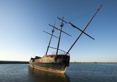 Barca abbandonata sul lago Ontario, Canada fotografia stock libera da diritti